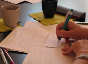 en écrivant